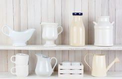 Estantes blancos rústicos de la cocina Imagenes de archivo