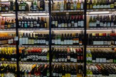 Estantes con clases de las variedades de botellas de vino imágenes de archivo libres de regalías