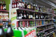 Estantes con el vino, la cerveza y los refrescos Foto de archivo