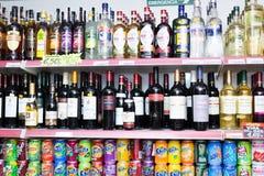 Estantes con la vodka, la cerveza y los refrescos Fotografía de archivo libre de regalías
