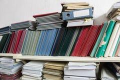Estantes con las carpetas con la documentación Imágenes de archivo libres de regalías