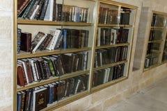 Estantes con los libros para los rezos en la pared occidental en Jerusa imagenes de archivo