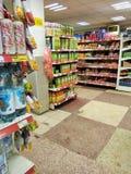 Estantes con los productos alimenticios en tienda imagen de archivo