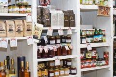 Estantes con los productos hechos e importados del hogar Imagen de archivo libre de regalías