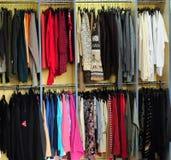 Estantes con ropa Fotos de archivo libres de regalías