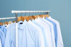 Estantes con ropa limpia después de limpiar en seco imagen de archivo libre de regalías