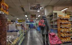 Estantes con una variedad de productos en el supermercado Foto de archivo libre de regalías