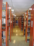 Estantes de la biblioteca de universidad imagenes de archivo