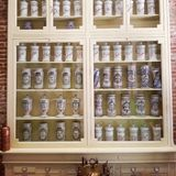 Estantes de la farmacia Foto de archivo libre de regalías