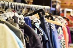 Estantes de la ropa y de las capas del invierno Imagen de archivo libre de regalías