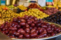 Estantes de las aceitunas en Carmel Market Fotos de archivo