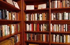Estantes de librería de la biblioteca foto de archivo libre de regalías