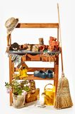 Estantes de madera con los accesorios que cultivan un huerto Fotografía de archivo libre de regalías