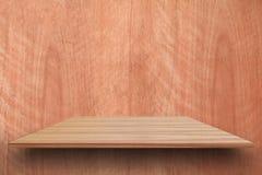Estantes de madera superiores vacíos y fondo arbolado de la pared Para la exhibición del producto con el espacio de la copia Foto de archivo libre de regalías