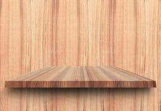 Estantes de madera superiores vacíos y fondo arbolado de la pared Para la exhibición del producto con el espacio de la copia Fotografía de archivo