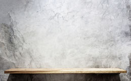 Estantes de madera superiores vacíos y fondo de la pared de piedra imagen de archivo libre de regalías