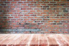 Estantes de madera superiores vacíos y fondo de piedra de la pared de ladrillo Fotos de archivo libres de regalías