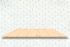 Estantes de madera y fondo blanco de la pared de ladrillo Para el disp del producto Imagen de archivo libre de regalías