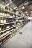Estantes de una tienda del italiano de las botellas de vino Imagen de archivo libre de regalías