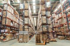 Estantes de Warehouse con las mercancías imagenes de archivo