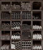 Estantes del almacenaje de Roces de metal foto de archivo