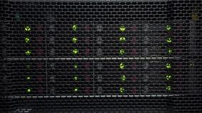 Estantes del almacenamiento con muchos discos duros en el sitio del centro de datos HDD SATA almacen de metraje de vídeo