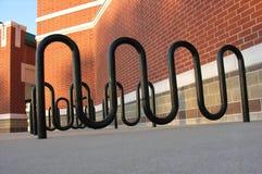 Estantes del edificio y de la bici. imagen de archivo libre de regalías