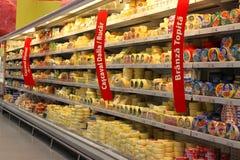 Estantes del queso de colmado Foto de archivo