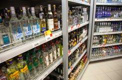 Estantes del supermercado con las bebidas alcohólicas imagen de archivo