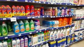 Estantes del supermercado con los productos de limpieza: detergentes, desinfectantes, jabón, limpiadores del piso foto de archivo
