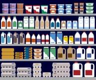 Estantes del supermercado con los productos lácteos Fotografía de archivo libre de regalías