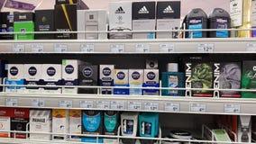 Estantes del supermercado con los productos para la higiene de los hombres: después de afeitado, desodorantes, perfumes, jabón fotografía de archivo libre de regalías