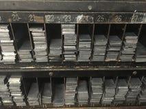 Estantes del vintage de los espaciadores del metal de la prensa de copiar Fotos de archivo libres de regalías