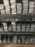 Estantes del vintage de los espaciadores y de las cuñas del metal de la prensa de copiar Imagen de archivo libre de regalías