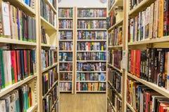 Estantes e cremalheiras na biblioteca imagem de stock