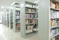 Estantes en biblioteca Foto de archivo libre de regalías