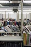 Estantes en fila en un almacenamiento del libro imagenes de archivo