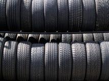Estantes/filas de neumáticos en luz del sol Imagen de archivo libre de regalías