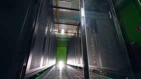 Estantes grandes con los ordenadores en un cuarto del servidor almacen de video