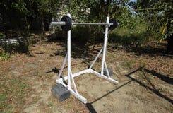 Estantes hechos en casa de la barra Equipo de deportes en el patio trasero Barra del levantamiento de pesas Foto de archivo libre de regalías