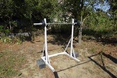 Estantes hechos en casa de la barra Equipo de deportes en el patio trasero Barra del levantamiento de pesas Imagenes de archivo
