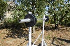 Estantes hechos en casa de la barra Equipo de deportes en el patio trasero Barra del levantamiento de pesas Foto de archivo
