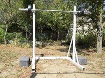 Estantes hechos en casa de la barra Equipo de deportes en el patio trasero Barra del levantamiento de pesas Fotos de archivo