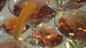 Estantes hermosos de vidrios con Martini rojo almacen de metraje de vídeo