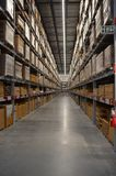 Estantes llenos almacenados encendidos de Warehouse fotografía de archivo