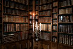 Estantes para libros con los libros viejos Fotografía de archivo libre de regalías