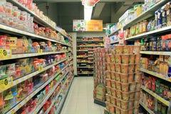 Estantes refrigerados supermercado Fotografía de archivo libre de regalías