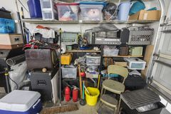Estantes suburbanos estorbados sucios del almacenamiento del garaje fotografía de archivo libre de regalías