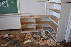 Estantes sucios y viejos de una escuela del abandono Fotografía de archivo
