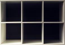 Estantes vacíos de la oficina o de la biblioteca del estante para libros Imagen de archivo